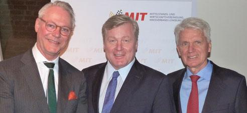 """Peter Luths (l.) begrüßte als besonderen Gast der 25. """"Gespräche MIT Genuss"""" den CDU-Spitzenkandidaten Bernd Althusmann (m.) und den ehemaligen MIT-Bundes- und -Landesvorsitzenden Josef Schlarmann, besonderer Gast der ersten """"Gespräche MIT Genuss"""""""