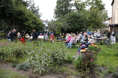 Taranta Djus im Klostergarten der katholischen Gemeinde St. Rita, Foto: Antonia Richter
