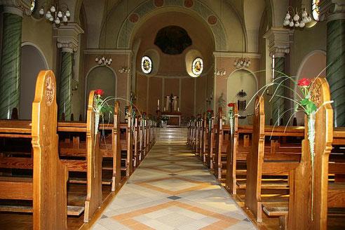 Blick durch den Mittelgang zum Altar unserer Kirche