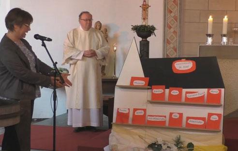Gemeindereferentin Angela Hoppe nennt die Namen der elf Erstkommunionkinder unserer Gemeinde St. Josef