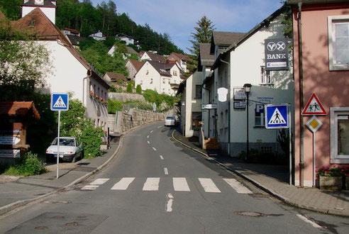 Rechts das Hotel Eberhard, gegenüber die Schnapsbrennerei Wunder