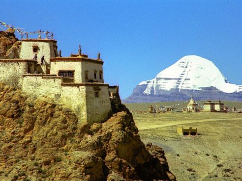 Ein Kloster am Felsen, Chörten und im Hintergrund der Kailash, Photo: Jan Reurink