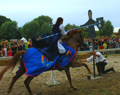Le mannequin pivote rapidement obligeant le cavalier à se baisser et galoper très vite pour éviter le boulet pouvant le frapper dans le dos ou dans le cou.