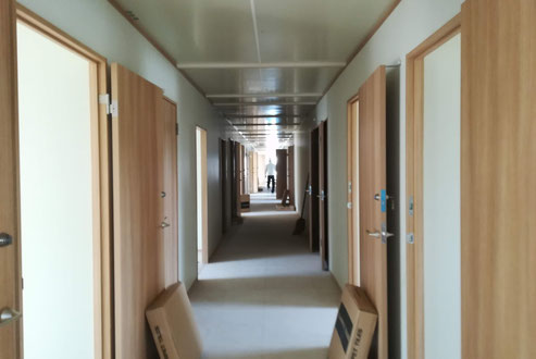 プレハブ仮設建物の内装施工中の写真