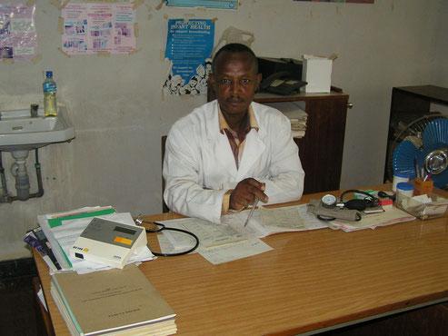 Dr. Msemo im Arztzimmer der Dispensary 2009