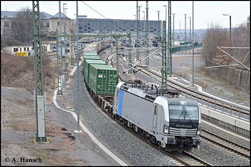 """Wegen ihrer eigenwilligen Lokfront wird die BR 193 auch scherzhaft als """"Wespe"""" bezeichnet. Am 28. März 2015 zieht 193 804-2 einen Containerzug durch Chemnitz Hbf. gen Glauchau"""