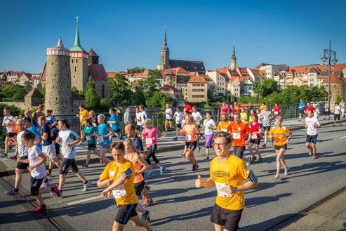 Quelle: firmenlauf-bautzen.de - Läufer auf der Friedensbrücke