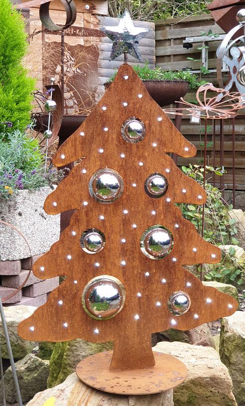 Unser Mini Weihnachtsbaum ist c. 73-74 cm hoch und ca. 47 cm breit ist mit 50er Led Batterie-Lichterkette ausgestattet und hat 7 Edelstahlkugeln in verschiedenen Größen von 40-80 mm Durchmesser, kostet 105,- Euro.