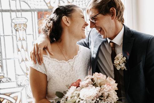 Brautpaar stehen am Bulli vw, Hochzeitsfotograf Osnabrück