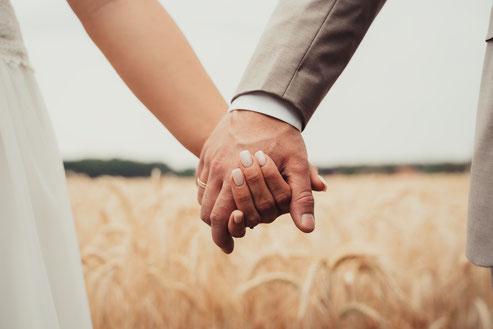 Brautpaar halten sich an den Händen, Hochzeitsfotograf aus Osnabrück