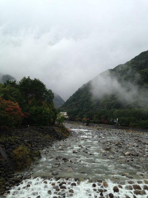 駒ヶ根高原こまくさ橋から。雲の向こうに中央アルプスがそびえていて、紅葉すればさぞや、、、