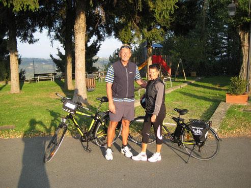 Grit u Tom mit den E-Bikes auf Tour