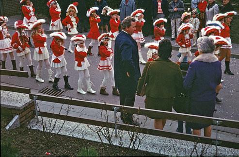 """Bis 1974 hatten die Mädchen im Ort lediglich die Moglichkeit, sich  mit entsprechendem """"Mariechen-Kostüm """" am Umzug im Dorf zu beteiligen."""