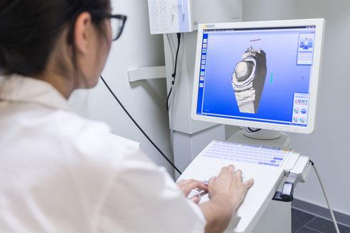 Frau Tsalung modelliert einen Zahn am CEREC 3D-Computer