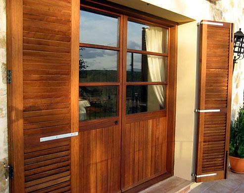 inseltypische Klappläden für Fenster, Balkon- und Terrassentüren