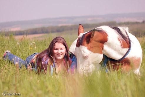 Vicky und ich im Gras versunken (Foto: K.Veits)