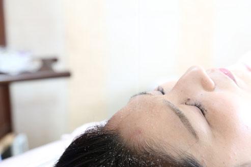 シロダーラ施術中の女性