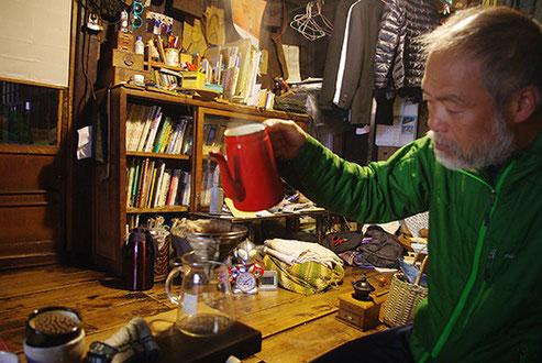 充幸さんによるネルドリップコーヒー(若干寝ぼけ眼!?)。松江の松浦珈琲のコーヒーを戴きました