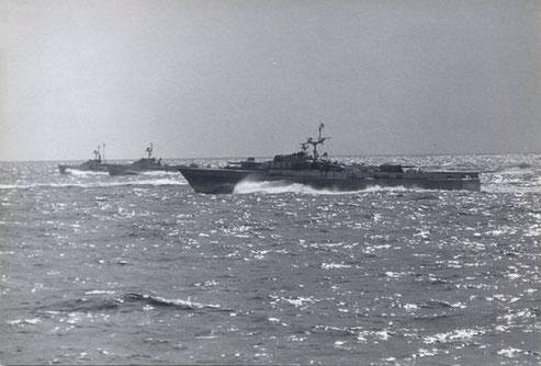 """Drei Boote des 3. SGschw - vorn S """"Iltis"""" - P6058 - mit Holzattrappen - Bild: Archiv Heinz Haag"""
