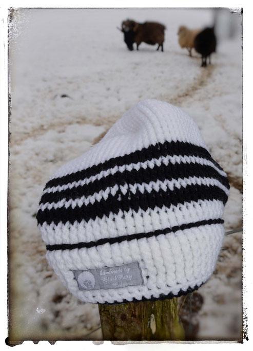 """170714 - Häkelmütze """"Adidas-Style"""", weiß mit schwarzen Streifen, Polyacryl, für Kopfumfang 55-58cm. Schaut auch mal in meinen Shop."""