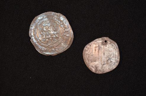 Deux monnaies d'argent provenant probablement d'un lieu lointain comme l'Afghanistan. Crédit : Museum Silkeborg