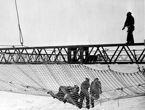 Operai che lavoravano sulle reti o in bilico delle travi senza protezione (1933 /37)