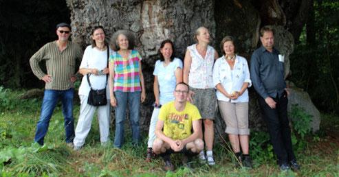 Einige Teilnehmer der diesjährigen Jahresfahrt ins Diemeltal vor der 1000jährigen Eiche von Borlinghausen