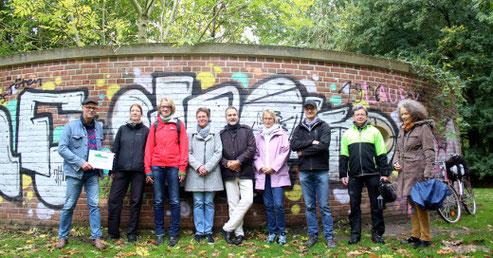 Mitglieder der AG Botanik vor dem sanctuarium an der Einsteinstraße (Foto: Gerhard Kock)