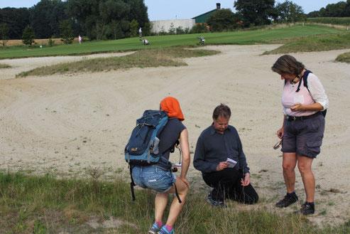 Mitglieder der AG Botanik um Jörg Frenz bei der Bestandserfassung auf dem Golfplatz in Telgte
