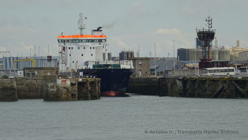 Arrow leaving Saint-Malo's lock, bound to Portsmouth.
