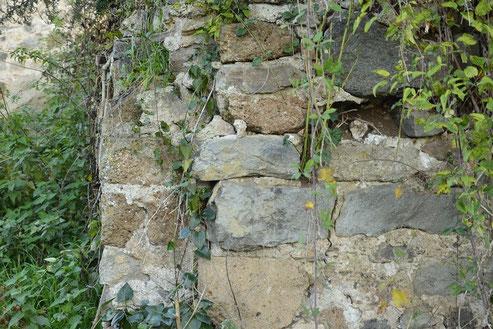 Particolare di muretto a secco costruito con i proietti del luogo (Vetralla)
