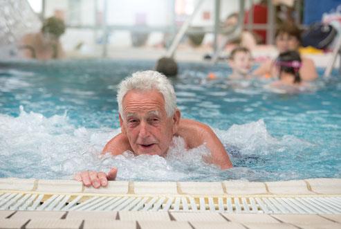 alter Mann im Wasserbecken