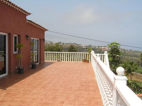 Blick von der 150qm großen Terrasse über den Garten auf das Meer und die Nordküste von Teneriffa.