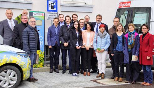 Die MoDavo-SIG Steuerungsgruppe begrüßt eine Abordnung des Bundesverkehrs- und des Bundesbauministeriums im Landkreis Sigmaringen. Bürgermeister Christoph Schulz (1.v.l.) aus Ostrach freut sich mit den Projektverantwortlichen über den hohen Besuch.