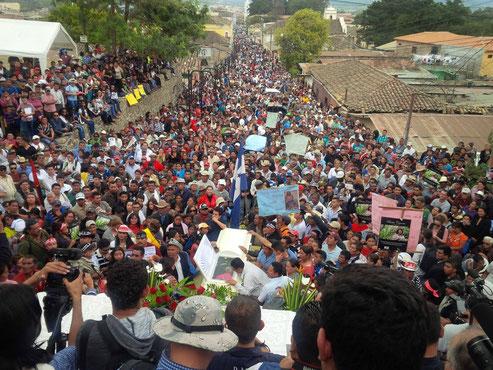 Hunderte erweisen Aktivistin Cáceres in La Esperanza die letzte Ehre (C) Giorgio Trucchi, 2016