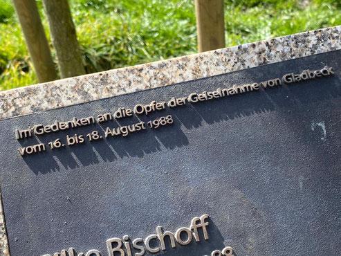 Ein Ort der Erinnerung in 28277 Bremen Huckelriede: Marmorstele mit Metallplatte mit den Namen der Todesopfer des Gladbecker Geiseldramas von 1988 (Foto 03-2020, Jens Schmidt)