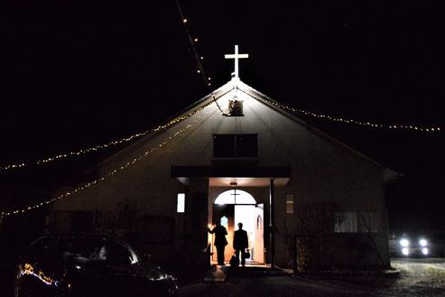 2020年12月20日(日)クリスマス礼拝がおわって 見送る人 家路に着く人 そして、丘の上を証しするイルミネーション
