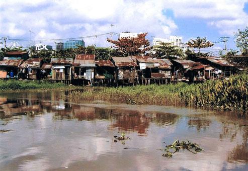 Die Armutsraten in den Entwicklungsländern gehen aufgrund der Corona-Pandemie jetzt und zukünftig dramatisch in die Höhe. Nur deutliche höhere Investitionen in  Form von Fördermittelgproammen können dies auffangen.