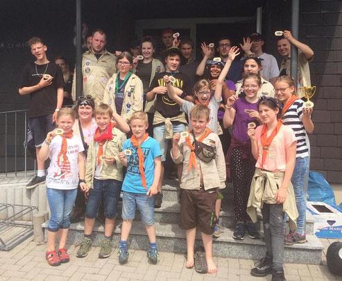 Nach ihrer Rückkehr aus dem Pfingstlager zeigen alle freudig ihren neuen Aufnäher