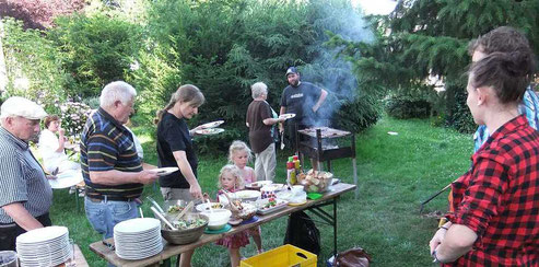 Beim Grillen in Pastors Garten, Foto: Archiv