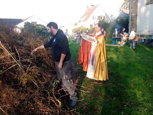 Das Osterfeuer wird auf der Kirchwiese entzündet