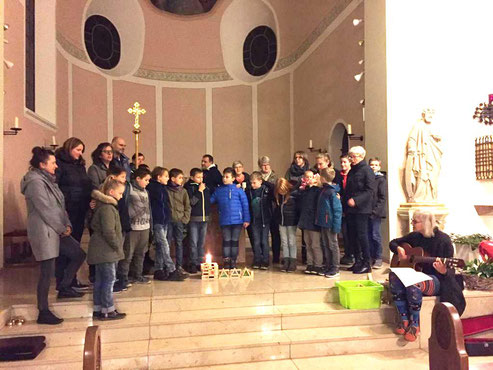 Erster Weggottesdienst: Alle Beteiligten in der Kirche