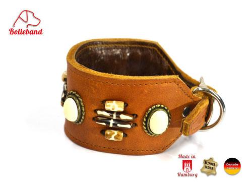 Windhundhalsband aus Fettleder in der FArbe cognac mit dinkelbraunen Perlen und schwarzweißen LAngperlen mit Polsterung und Innenfutter
