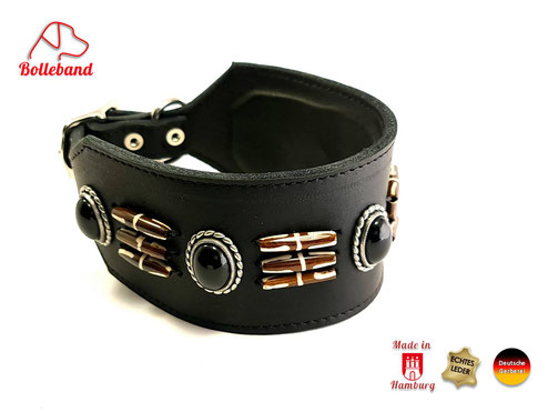 Windhundhalsband aus Fettleder in der FArbe cognac mit schwarzen Perlen und braunweißen Langperlen mit Polsterung und Innenfutter