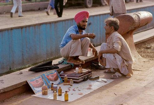 Dentista callejero en la India. Atienden a la población más vulnerable.
