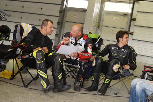 Streckenbesprechung des YaKa - Racing Teams. Volle Aufmerksamkeit bei allen Teammitgliedern!