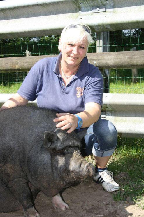 Claudia Schröder leitet das Wittstedter Tierasyl seit 2009. Zu den Bewohnern des Heims zählt unter anderem Hängebauchschwein-Dame Bacon.  Foto: van Veenendaal