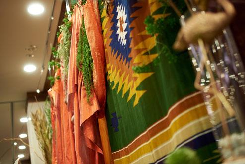 サファイアを象徴する青をアクセントに、朝焼けのオレンジと赤をメインに装飾
