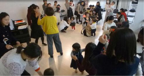 クリスマス会のリトミックで、「すてきなホリデー」の歌に合わせて、親子で楽しくダンスをしました。