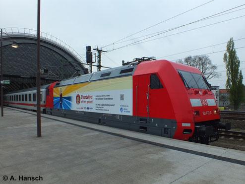 101 037-0 ist am 12. April 2014 mit IC in Dresden Hbf. unterwegs. Die Seitenwände der Lok dienen als Werbefläche